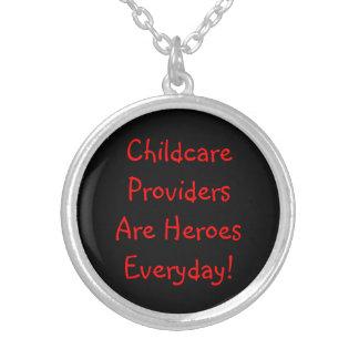 Collar. Los proveedores del cuidado de niños son h Colgante Redondo