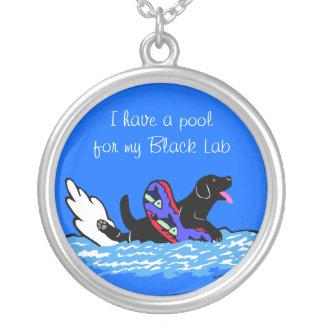 Collar negro del dibujo animado de Labrador que na