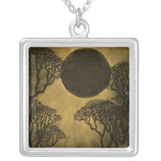 Collar oscuro del eclipse del bosque, oro
