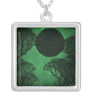 Collar oscuro del eclipse del bosque, verde
