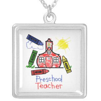 Collar preescolar del profesor - dibujo de creyón