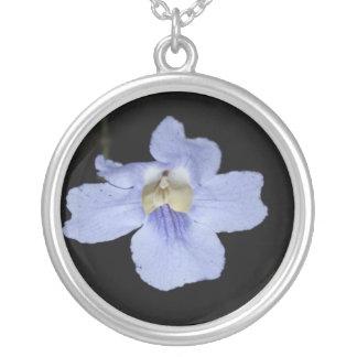 Collar púrpura de la flor