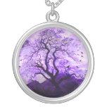 Collar púrpura del cuervo de las colinas del árbol