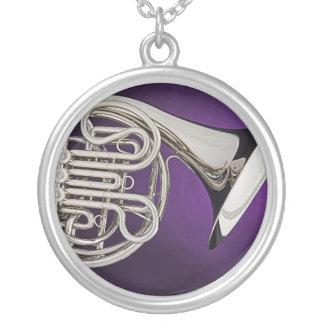 Collar púrpura del fondo de la trompa