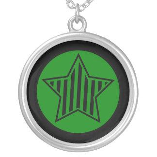 Collar rayado verde y negro de la estrella