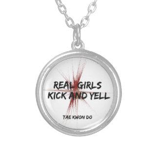 Collar real del retroceso y del grito de los chica