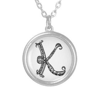 Collar redondo del monograma K