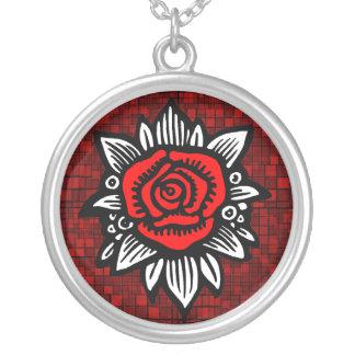Collar rojo color de rosa del mosaico