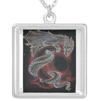 Collar rojo de la luna del dragón blanco