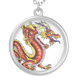 Collar rojo del tatuaje del dragón oriental fresco