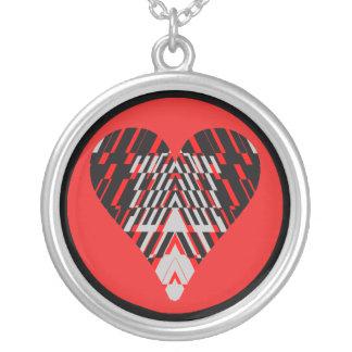 Collar rojo negro del fragmento del corazón