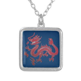 collar rojo y azul del dragón