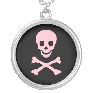 Collar rosado de la bandera pirata del cráneo