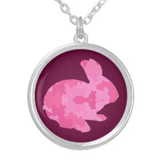 Collar rosado del conejito de pascua de la silueta
