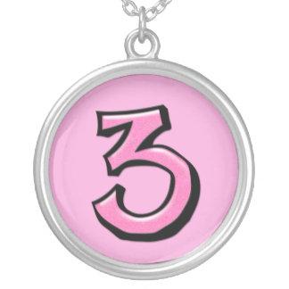 Collar rosado del número 3 tontos