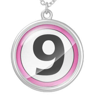 Collar rosado del número 9