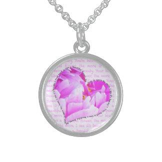 Collar rosado en forma de corazón del Peony