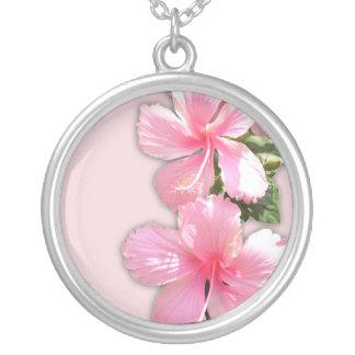 Collar rosado hermoso del hibisco