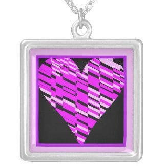 Collar rosado negro del fragmento del corazón