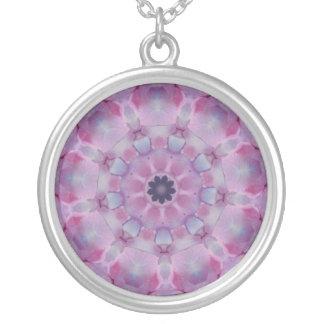 Collar rosado y púrpura del diseño del caleidoscop