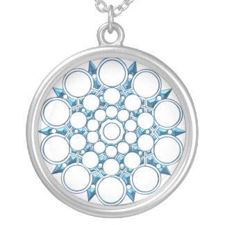 Collar simétrico azul metálico ligero del diseño