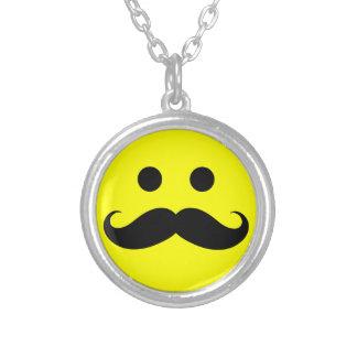 Collar sonriente de la cara del bigote divertido