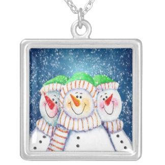 Collar sonriente de tres muñecos de nieve