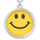 Collar sonriente feliz amarillo de la cara