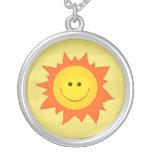 Collar sonriente feliz de Sun