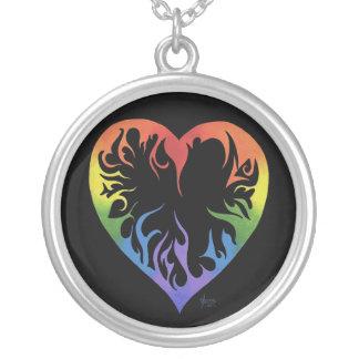 Collar tribal del corazón del arco iris