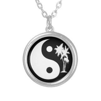 Collar tropical de Yin Yang de las palmeras