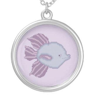 Collar tropical púrpura y violeta de los pescados