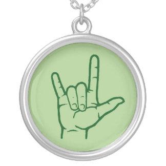 Collar verde de la mano del ASL te amo