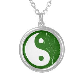 Collar verde de Yin Yang de la hoja