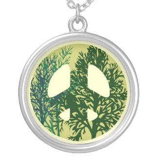 Collar verde del signo de la paz de los árboles