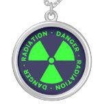 Collar verde y azul del símbolo de la radiación