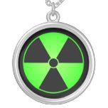 Collar verde y negro del símbolo de la radiación