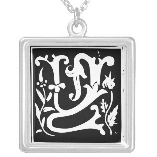 Collar viejo de la plata del monograma de la letra