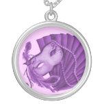 Collar violeta de la mascarada