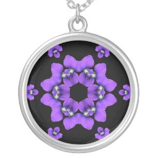 Collar violeta púrpura del caleidoscopio