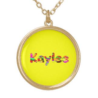 Collar y ornamentos amarillos de Kaylee