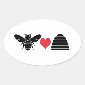 Colmena del corazón de la abeja pegatina ovalada