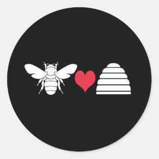 Colmena del corazón de la abeja pegatina redonda