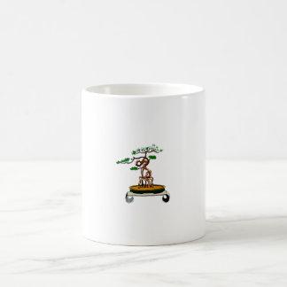 Colocación en bonsais de las raíces en la tabla de taza básica blanca