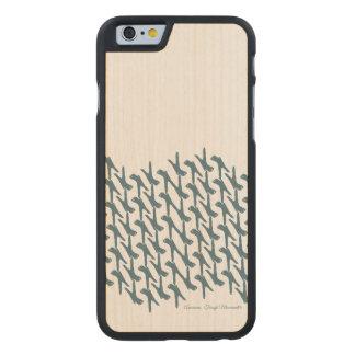 Colocación en la caja del teléfono de la funda de iPhone 6 carved® slim de arce