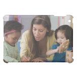 Color de ayuda de los niños del profesor en la gua