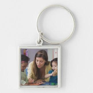 Color de ayuda de los niños del profesor en la gua llaveros personalizados