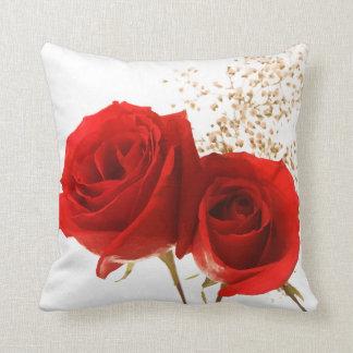 Color de fondo de encargo de dos rosas rojos cojines