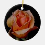 Color de rosa anaranjado bonito adorno de navidad