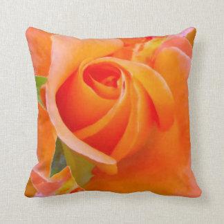 Color de rosa anaranjado del cocinero de Alexandra Cojín Decorativo